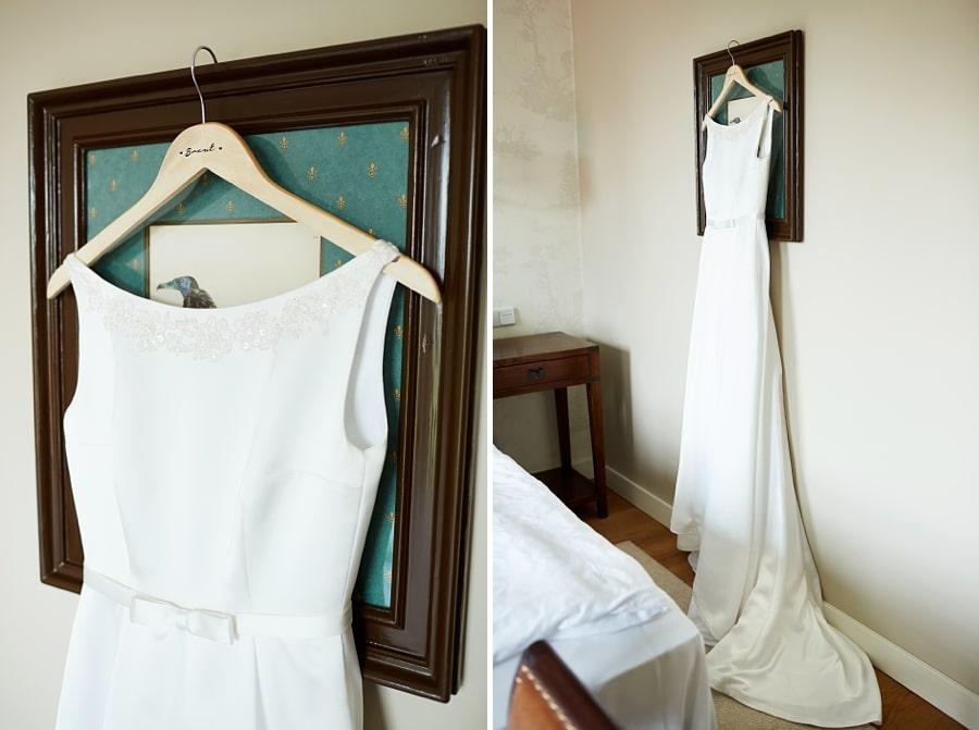 Ein elegantes Brautkleid an einem Bild aufgehängt