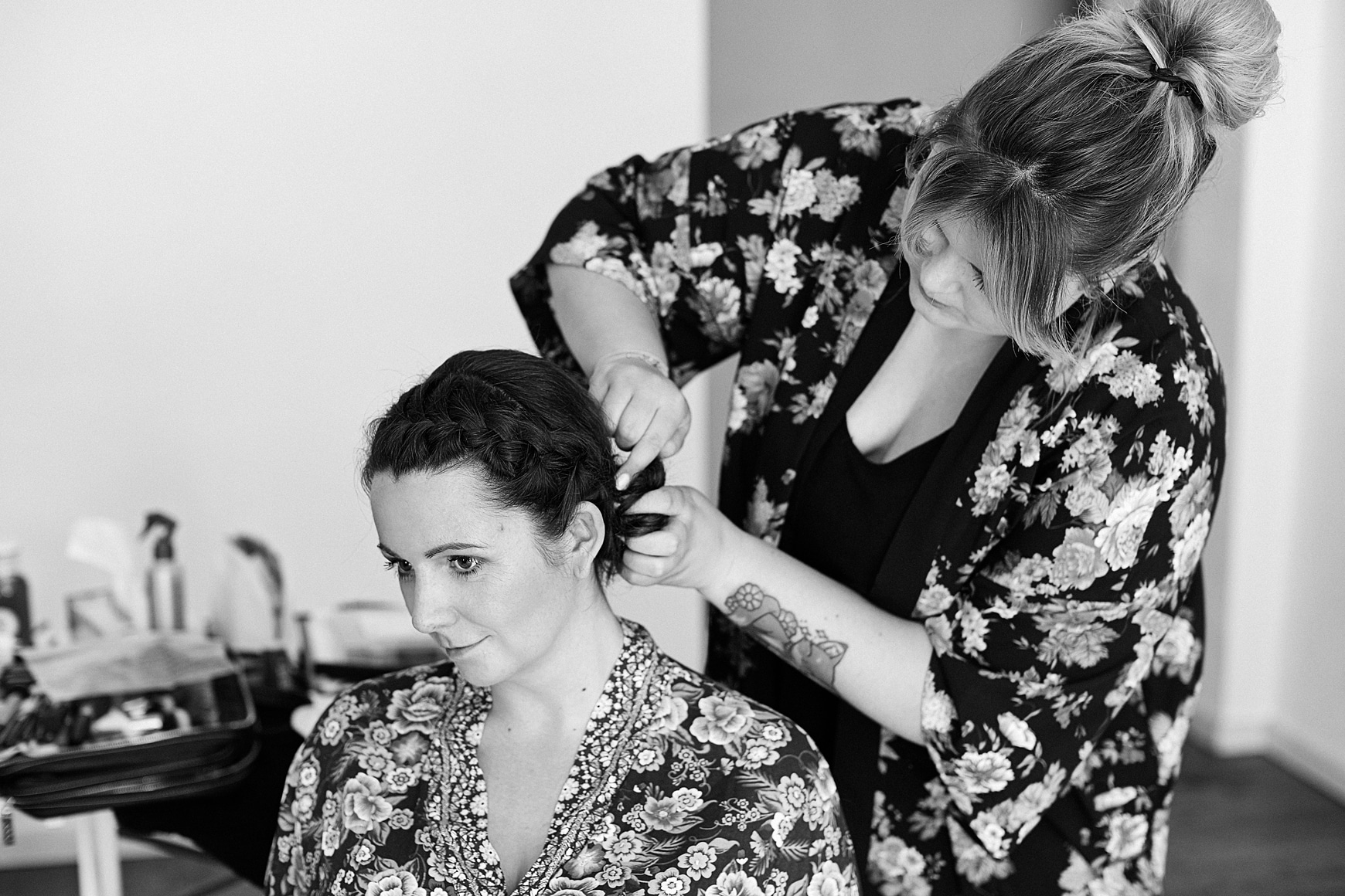Eine Braut bekommt ihre Haare hochgesteckt