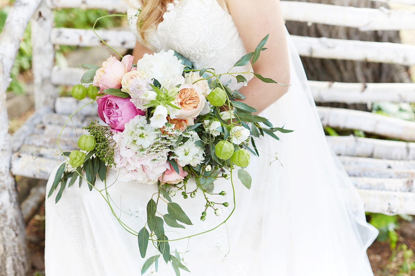 Ein Brautstrauß mit Pfingstrosen