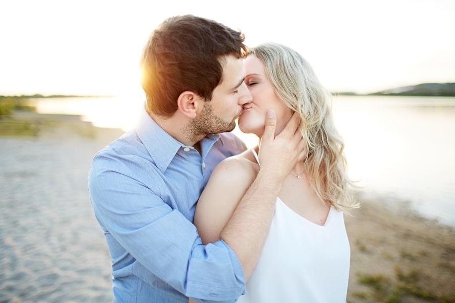 Ein Paar küsst sich am See