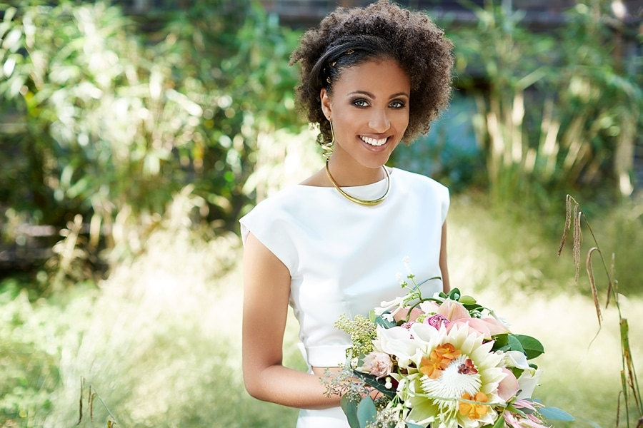 Eine Braut mit einem Blumenstrauß in der Hand