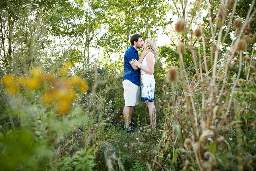 Ein Pärchen küsst sich in der Natur