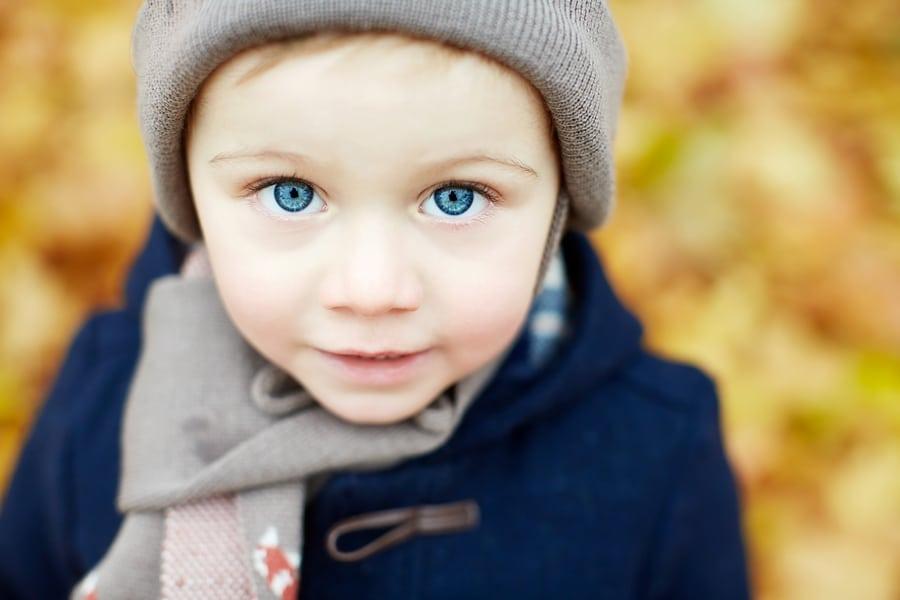 Ein kleiner Junge mit blauen Augen