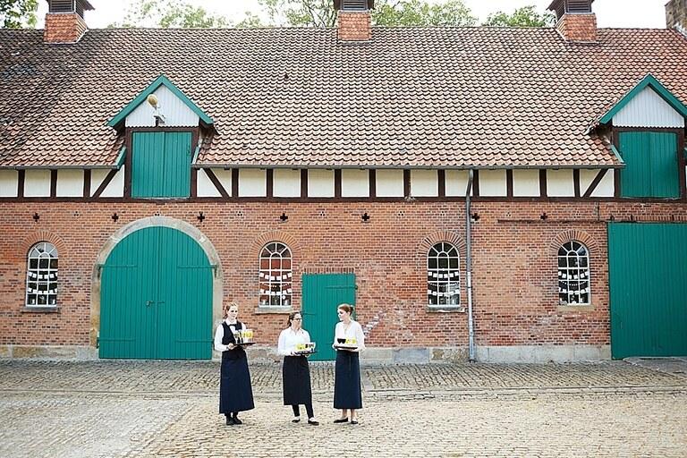 Drei Kellnerin stehen vorm Rittergut Eckerde
