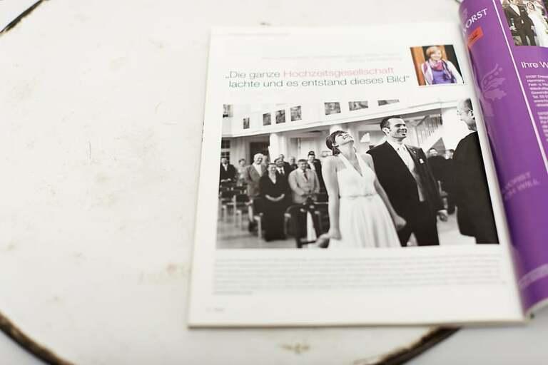 Ein Foto von einem Brautpaar in einer aufgeschlagenen Zeitung