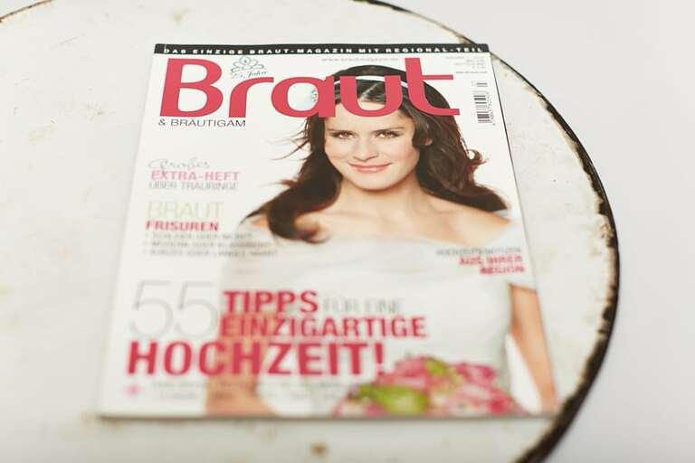Das Braut & Bräutigam Magazin auf einem runden Blech