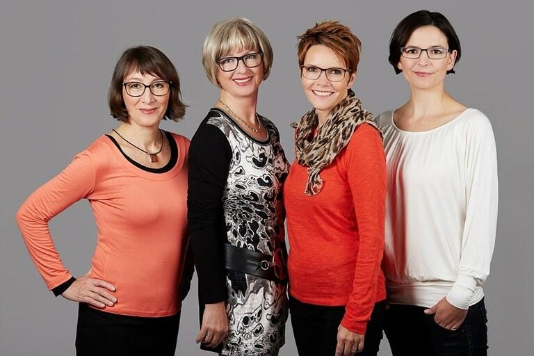 Hochwertiges Teamfoto mit Vier Frauen