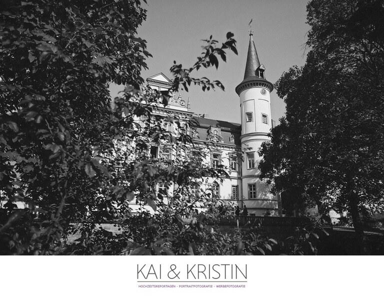 Das Schloss Schkopau durch Bäume hindurch fotografiert