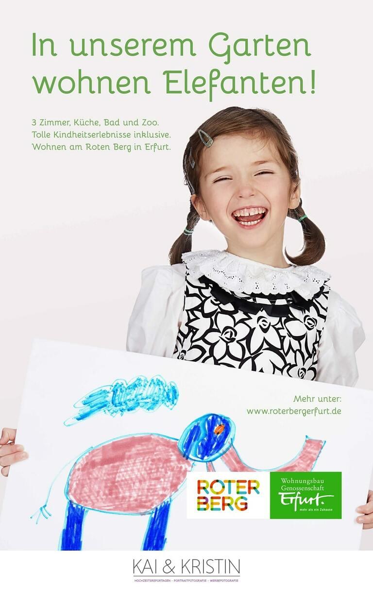 Ein Mädchen mit Zöpfen hält auf Werbefotos ein Blatt mit einem selbst gemalten Elefanten in der Hand