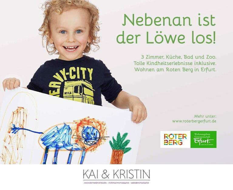 Ein kleiner Junge hält auf Werbefotos ein Blatt mit einem Selbst gemalten Löwen in der Hand