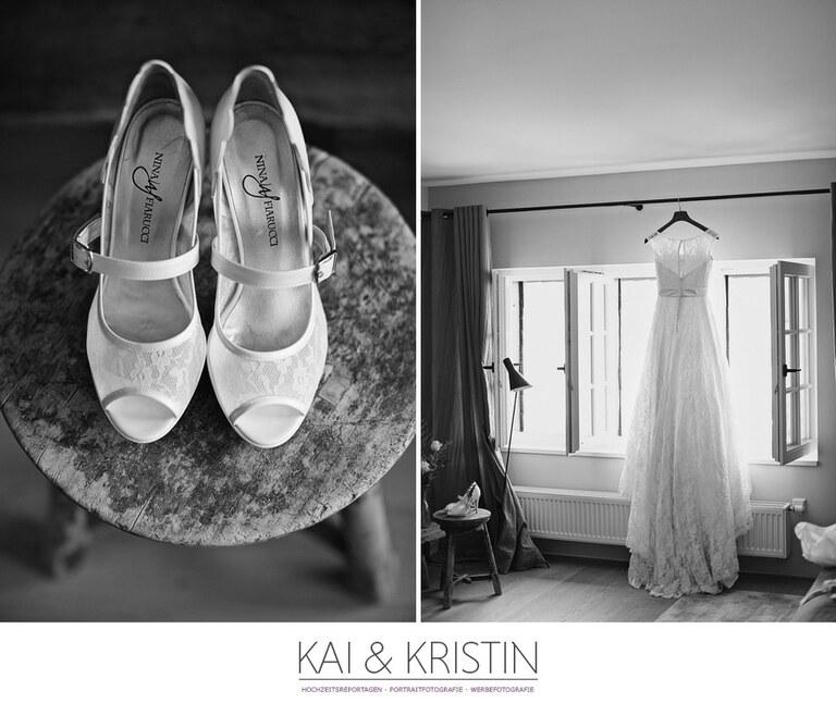 Brautschuhe mit Spitze die auf einem Holztisch liegen