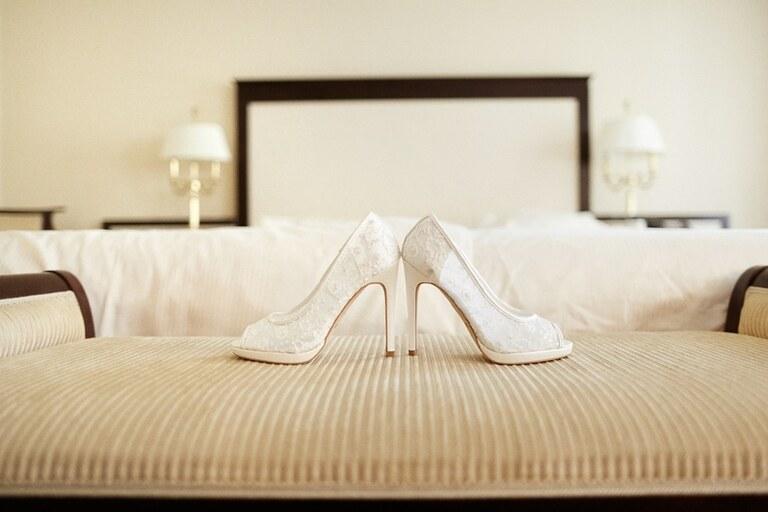 Brautschuhe auf einem Bett im Hotelzimmer in Dresden