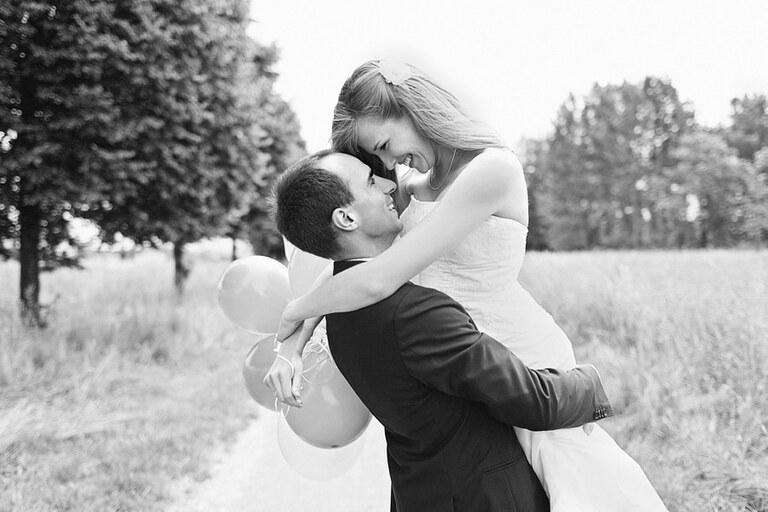 Ein Brautpaar posiert für den Hochzeitsfotografen in der Natur