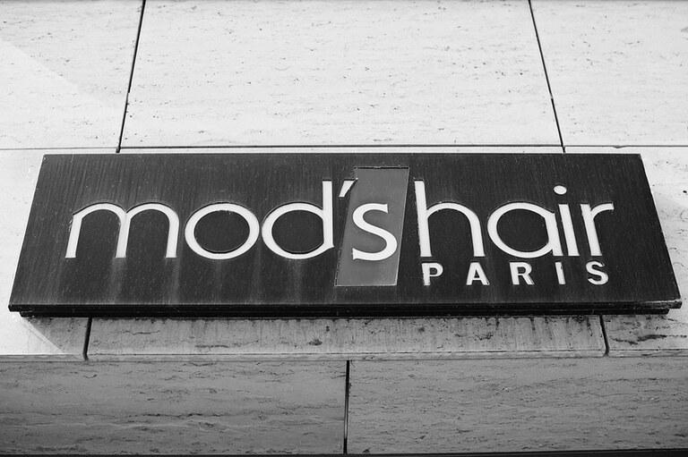 Ein Schild mit der Aufschrift mods hair Paris