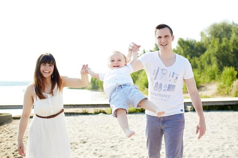 Eine Familie posiert am Strand für ihre Familienfotos