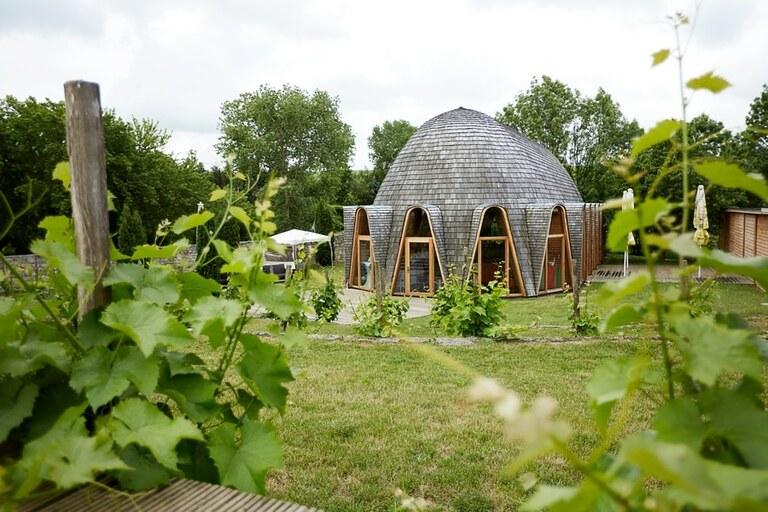 Ein Haus auf einer grünen Wiese