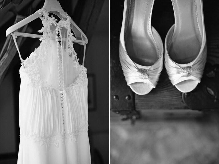 Ein Brautkleid hängt an einem Kleiderbügel