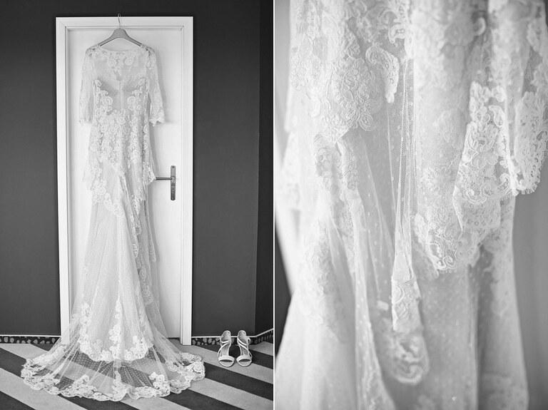 Ein weißes Brautkleid hängt in einem Türrahmen