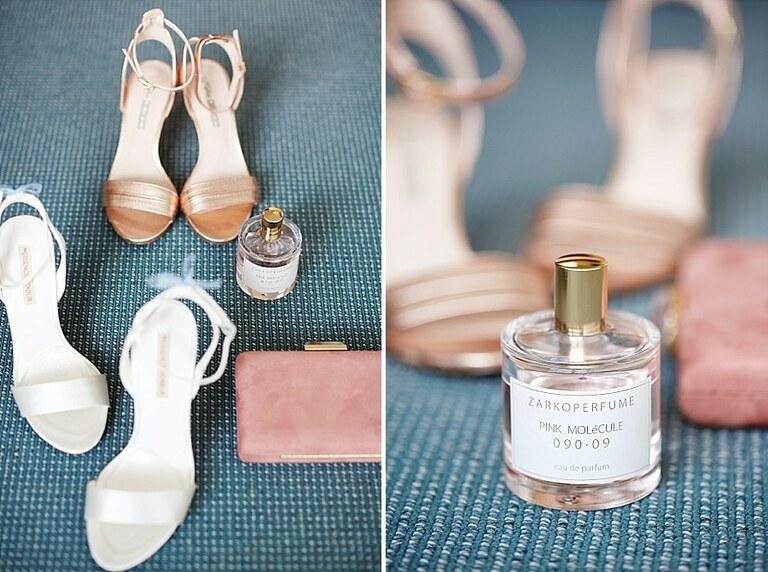 Brautschuhe und Parfüm auf einer blauen decke