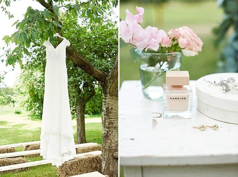 Ein Brautkleid hängt in einem Baum