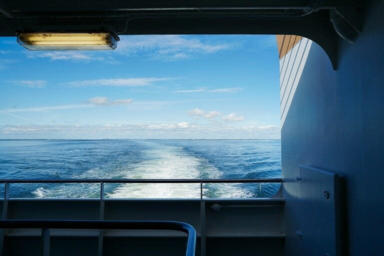 Ein Bild vom Meer von der Fähre aus fotografiert