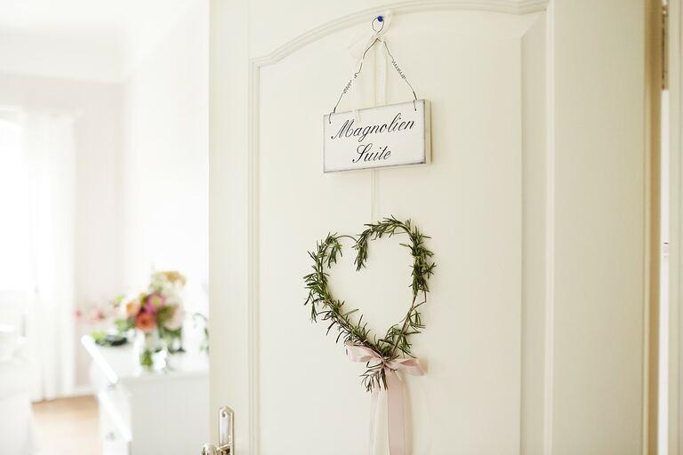 Eine offen stehende Tür zu einem Gastzimmer auf dem Hof Göhrischgut