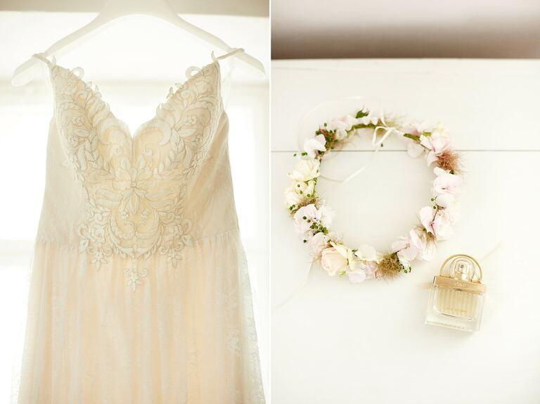 Ein Blumenkranz neben einem Parfüm und Brautkleid
