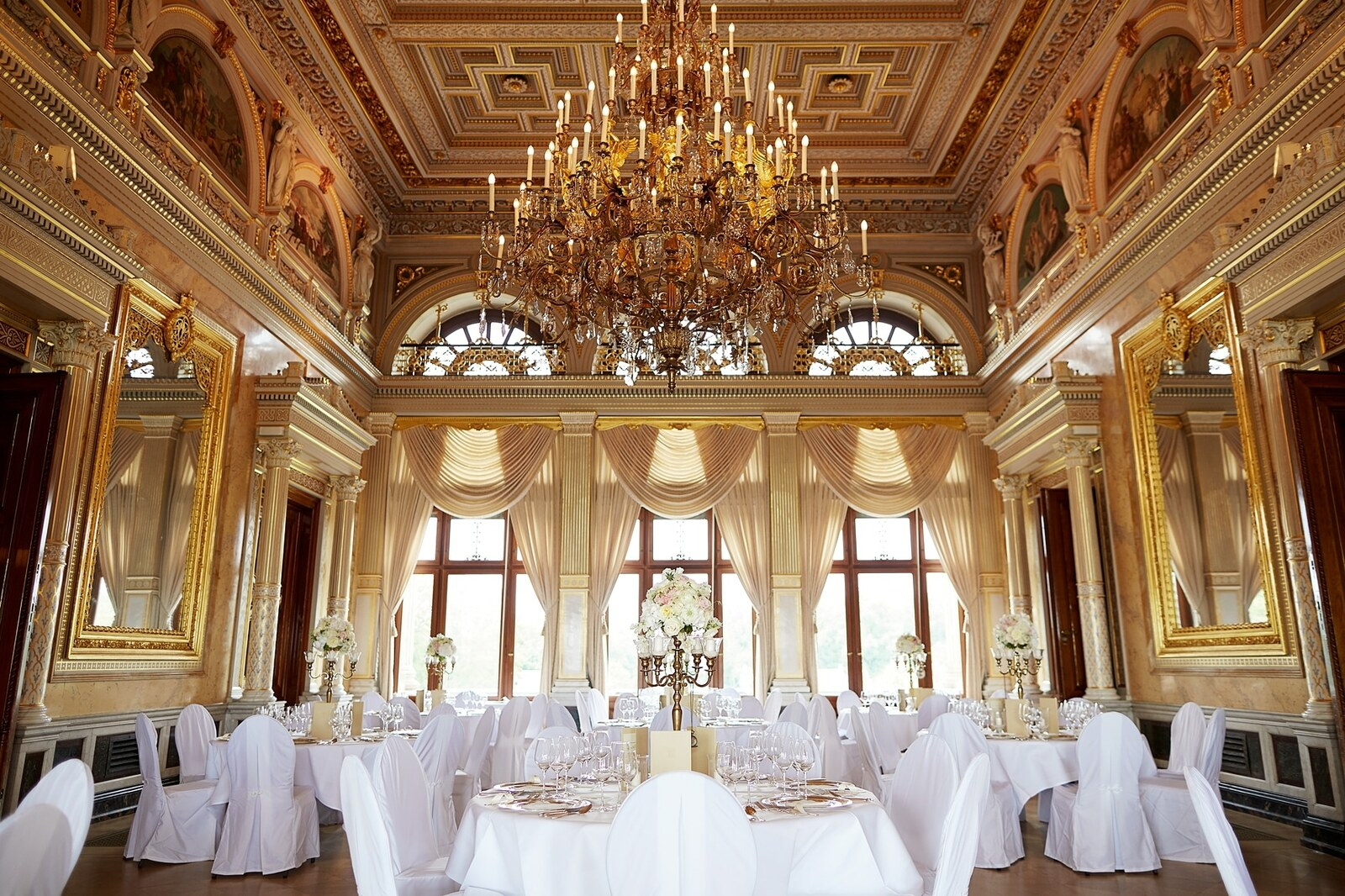 Der große Saal im Schloss Albrechtsberg festlich dekoriert