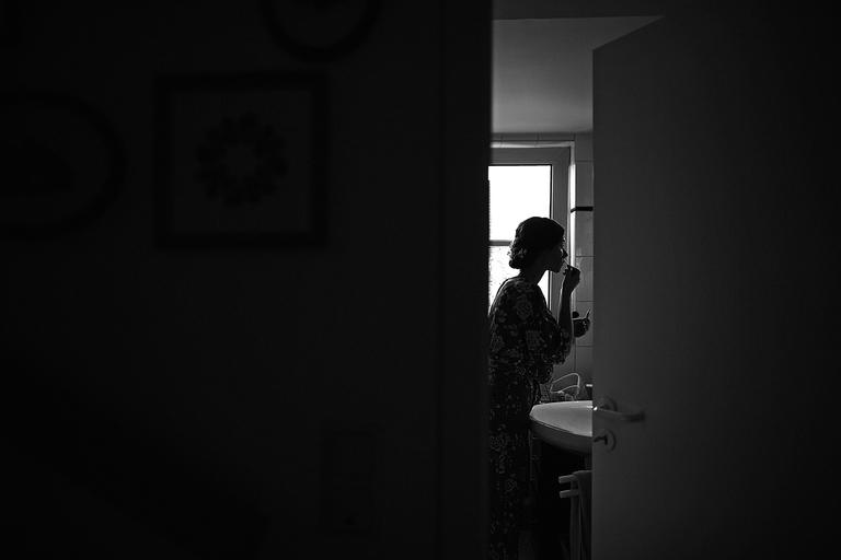 Braut schminkt sich vorm Spiegel