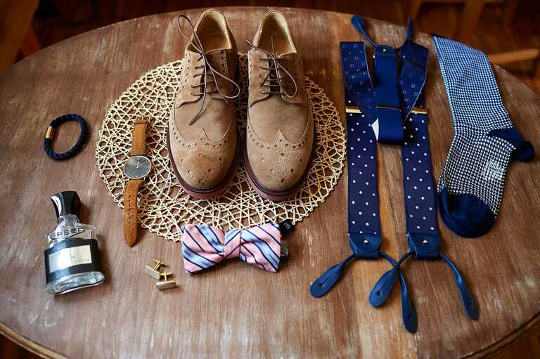 Details vom Bräutigam wie Schuhe Uhr Hosenträger