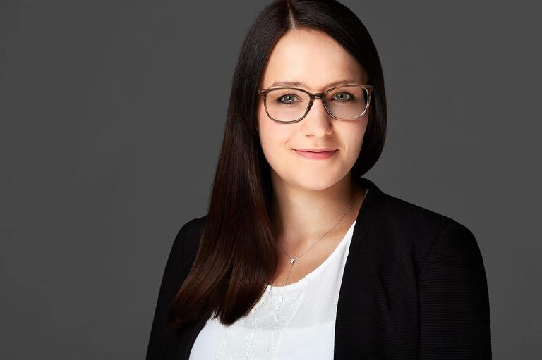 Bewerbungsfoto einer jungen Frau mit Brille