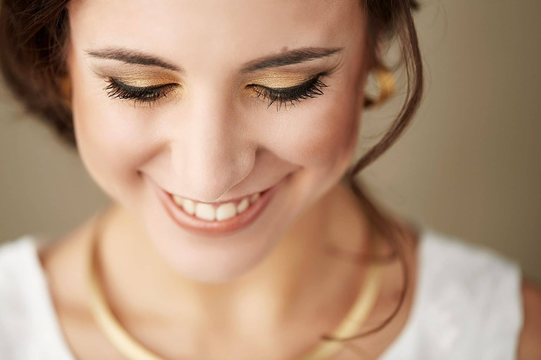 Close up von Braut mit goldenem Make up