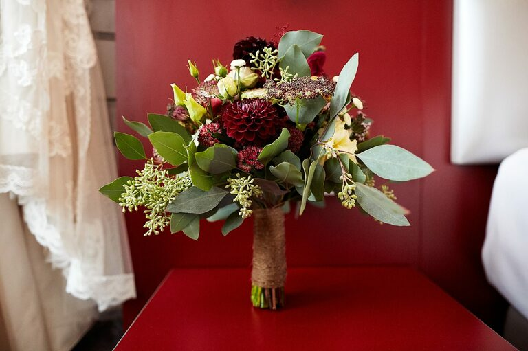 Ein Brautsrauß aus Hechtblume und Eukalyptus