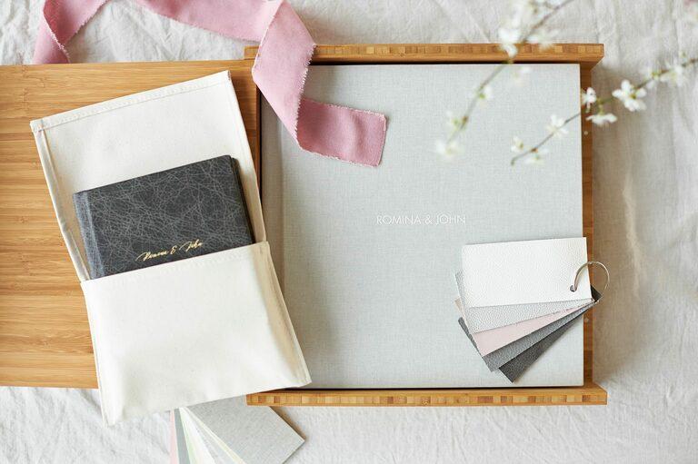 Ein Hochzeitsbuch mit Leineneinband und ein kleineres mit Ledereinband