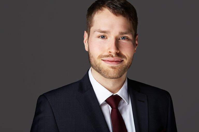 Bewerbungsfoto eines jungen Mann mit Bart