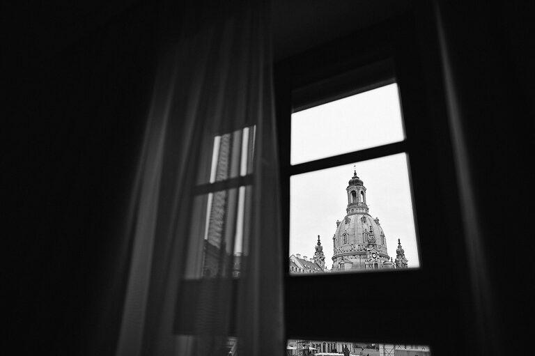 Blick durch ein Fenster auf die Frauenkirche