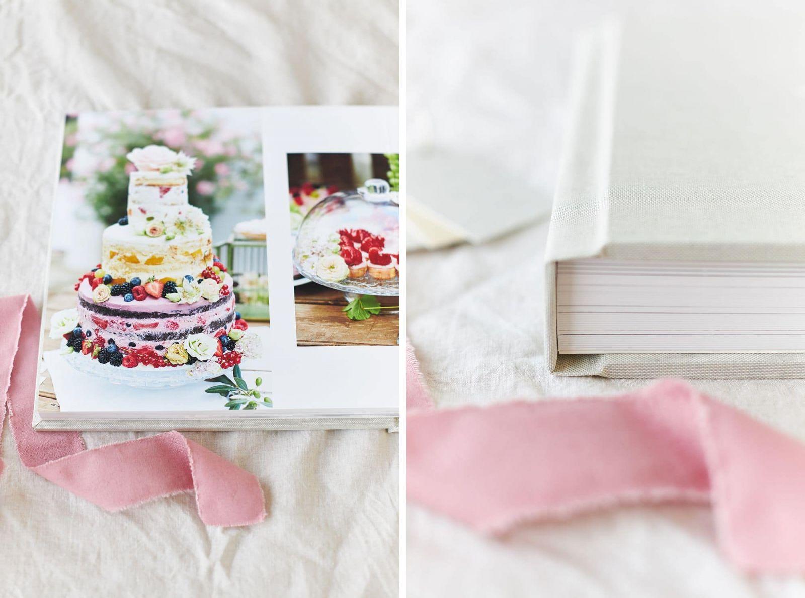 Eine Seite eines Hochzeitsalbums mit einer Hochzeitstorte abgebildet