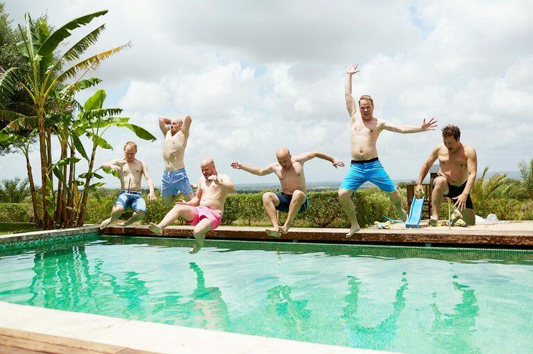 Hochzeitsgaeste springen in den Pool