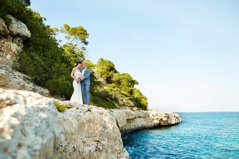 Brautpaar auf einer Klippe auf Mallorca aus dem Jahresrückblick Fotografen