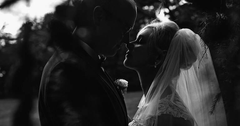 Silhouette von einem Brautpaar in schwarz weiß