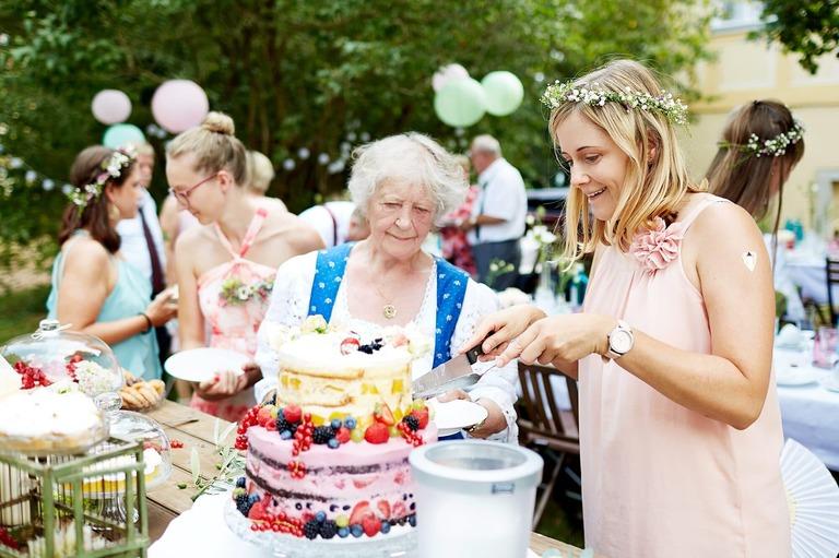 Oma schaut sich die Hochzeitstorte an