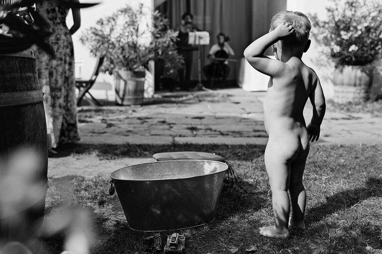 Nackter kleiner Junge steht an Badewanne