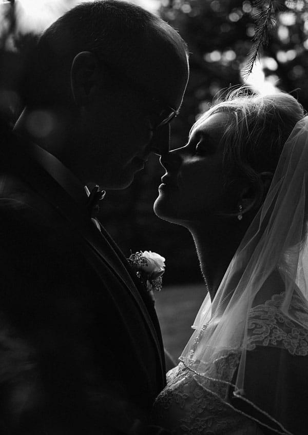 Ein Schwarz Weiß Bild mit einer Silhouette eines Hochzeitspaares