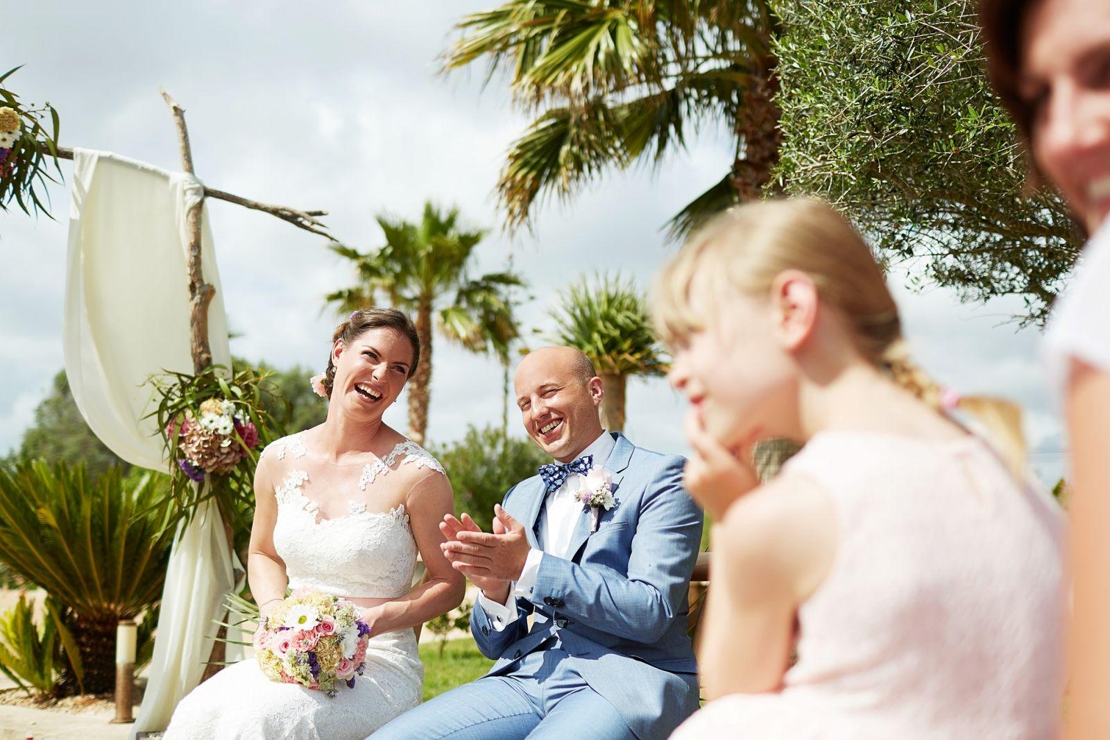 Das Brautpaar strahlt bei ihrer freien Trauung