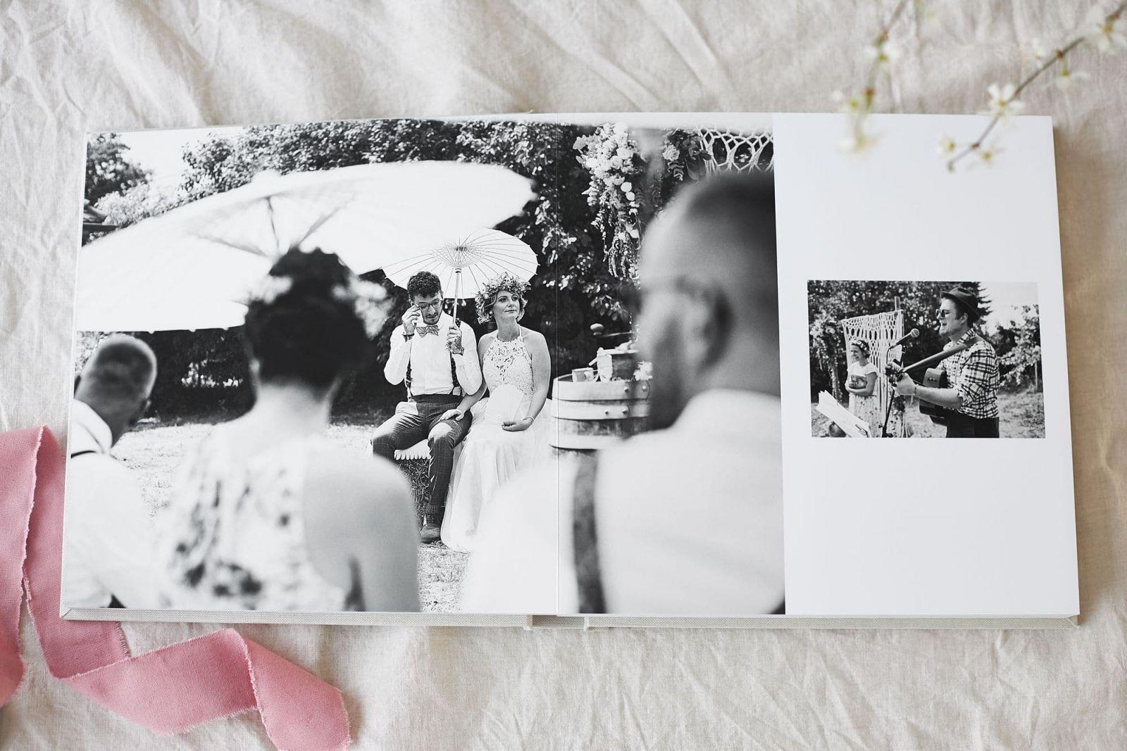 Eine Seite in einem Hochzeitsbuch mit zwei Schwarz-Weiß Aufnahmen einer Trauung