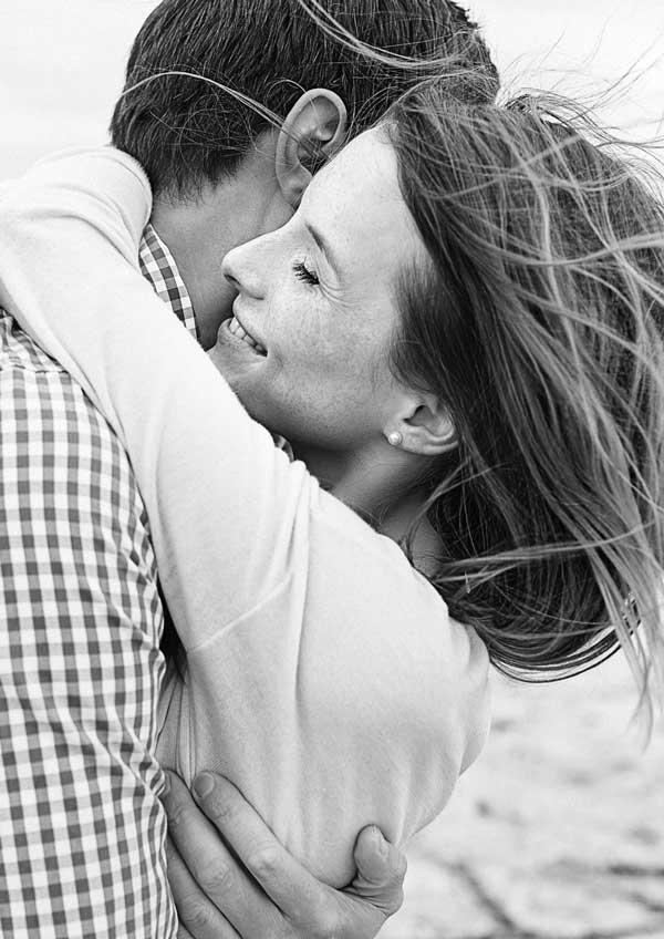 Ein verliebtes Paar umarmt sich im Wind