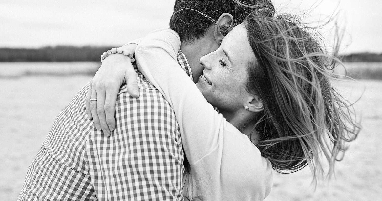 Ein fröhliches junges Paar umarmt sich