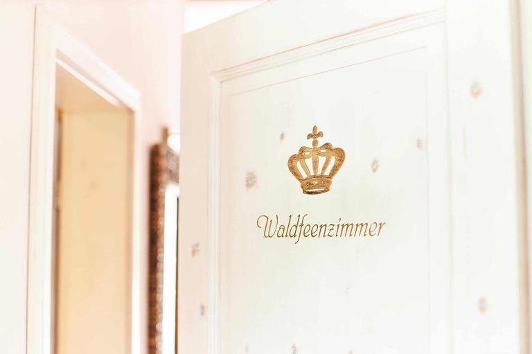 Die Tür mit der Aufschrift Waldfeenzimmer in einem Hotel