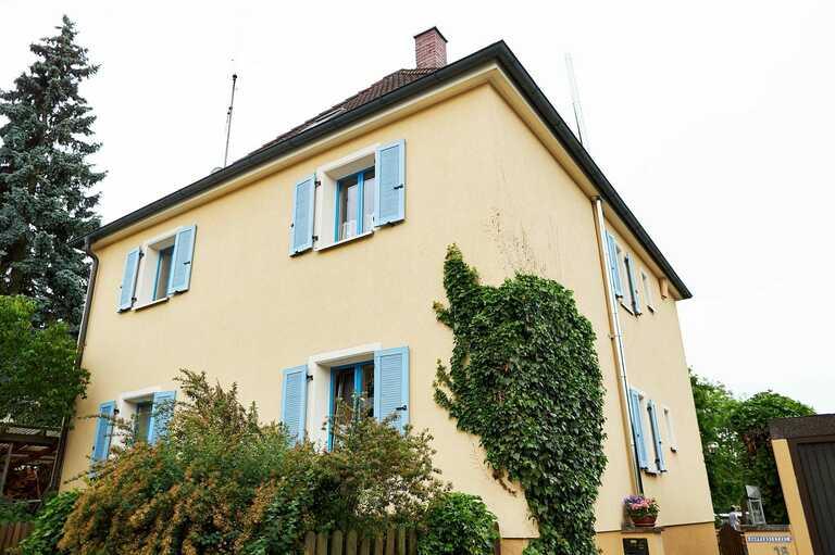 Ein Haus mit gelber Fassade