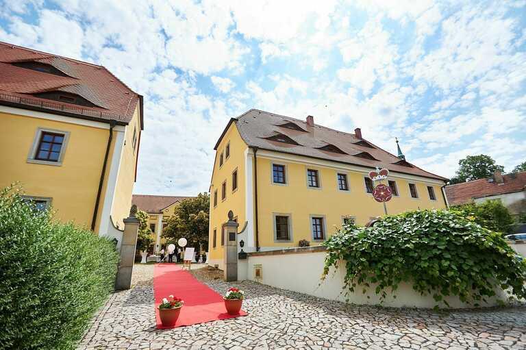 Das Gästehaus Adel mit einem roten Teppich in der Einfahrt